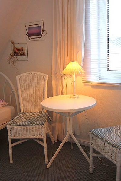 Weißes Schlafzimmer (getrennte Betten) klein aber fein und gemütlich